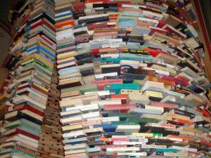 Massevis av bøker stablet som en skulptur