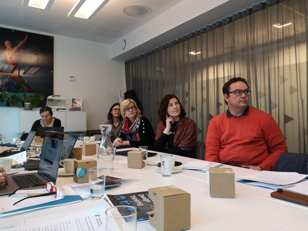 Prosjektgruppen sitter ved bordet