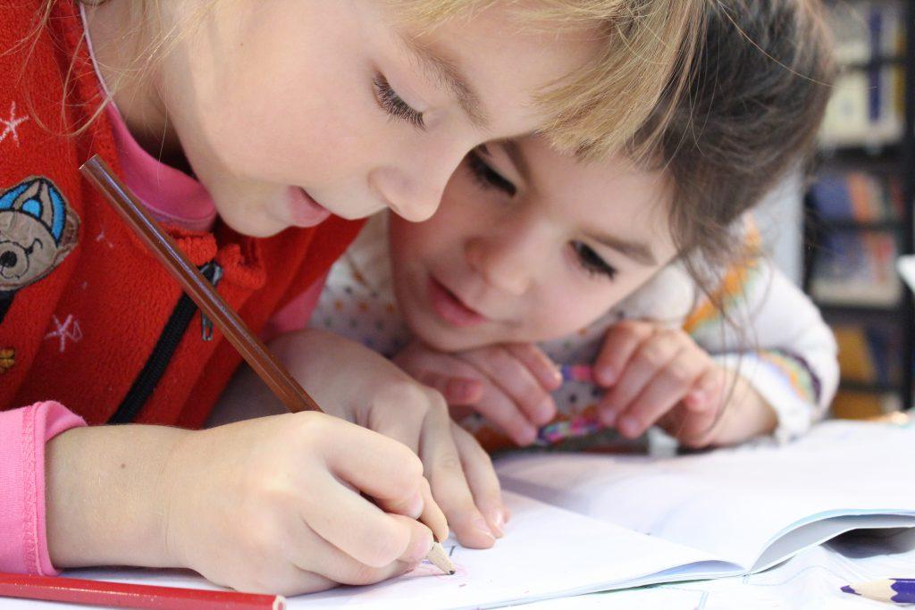 Jenter som tegner med blyatn
