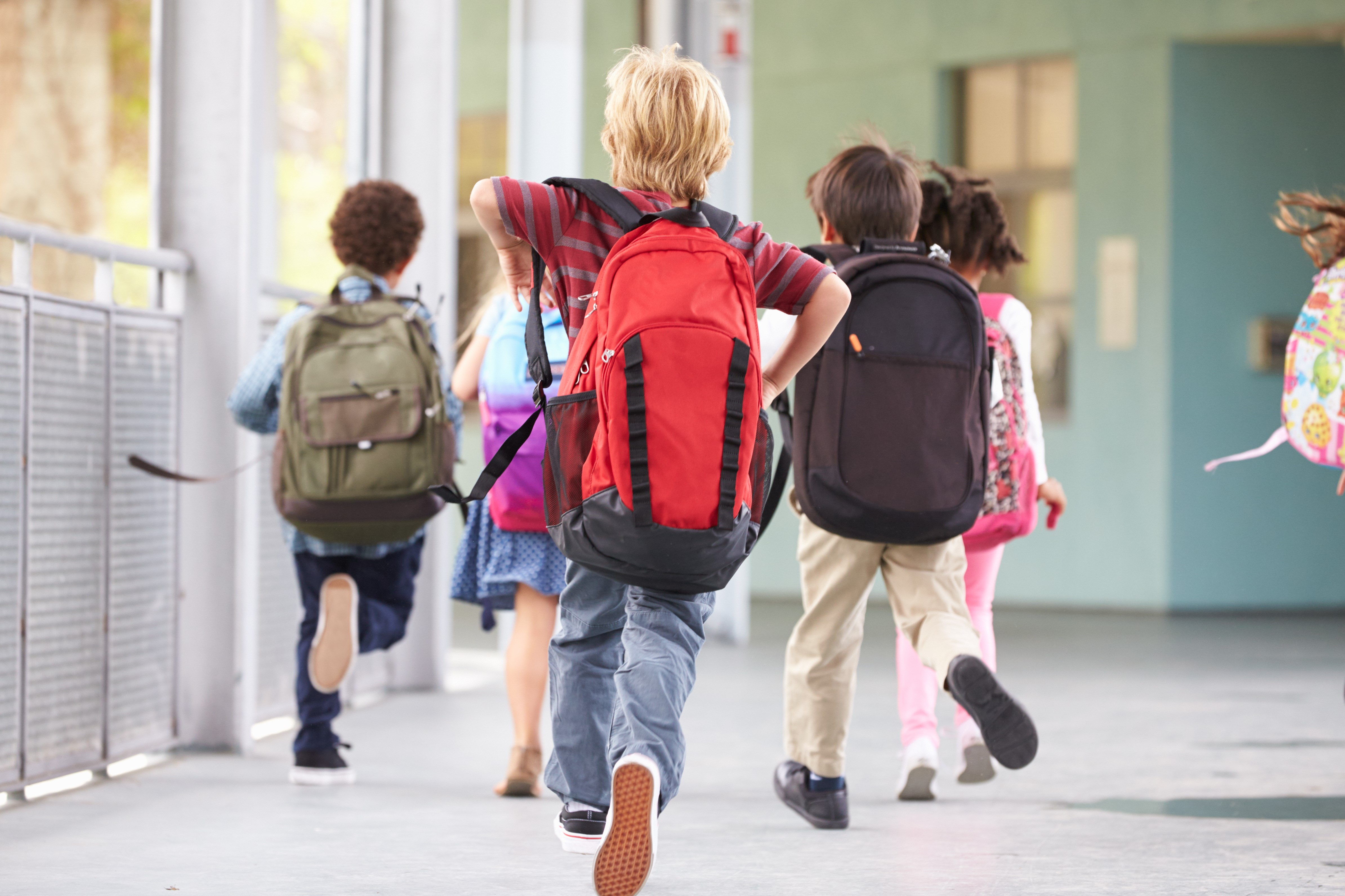 Barn som løper til skolen